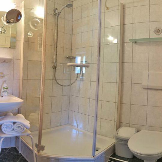 Zimmer 1 Bad  540x540 - Zimmer Nr. 1
